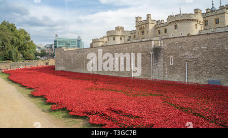 Tower of London Poppy display, Created by artists Paul Cummins and Tom Piper, 888,246 ceramic poppies were used in the installation - Stock Photo