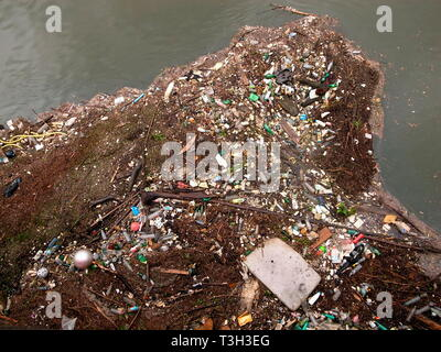 AJAXNETPHOTO. BOUGIVAL, FRANCE. - RIVER SEINE RUBBISH - TONS OF PLASTIC RUBBISH AND OTHER DETRITUS JAMMED AGAINST A BRIDGE PARAPIT BY THE RIVER CURRENT. PHOTO:JONATHAN EASTLAND/AJAX REF:GR121506_3693 - Stock Photo