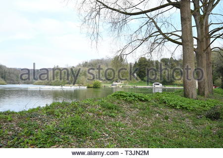 Arundel, West Sussex, UK. Wednesday 10th April 2019. View of Swanbourne Lake on a partly cloudy but bright and cool morning in Arundel, near the South Coast. Credit: Geoff Smith/Alamy Live News - Stock Photo