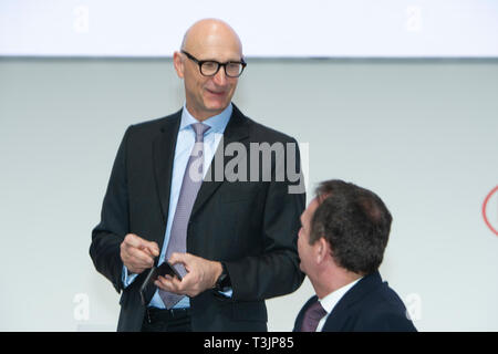 Duesseldorf, Deutschland. 08th Apr, 2019. from left: Timotheus HOETTGES, Hottges, Member of the Supervisory Board and Chairman of the Management Board of Deutsche Telekom, Hans Van BYLEN, Chief Executive Officer, CEO, Annual General Meeting of Henkel AG & Co. KGaA on 08.04.2019 in Duesseldorf, | usage worldwide Credit: dpa/Alamy Live News - Stock Photo