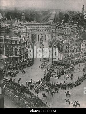 """Coronation of King George V and Queen Mary, London, 1911. 'Their Majesties' coach seen emerging from Admiralty Arch ready to turn down Whitehall to the Abbey'. Bird's eye view from Trafalgar Square looking towards Buckingham Palace in the distance. The coronation of King George V of the United Kingdom (1865-1936) and Queen Mary of Teck (1867-1953) took place at Westminster Abbey in London on 22 June 1911. From """"The Graphic"""", coronation number, [27 June 1911] - Stock Photo"""