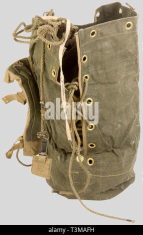 Grande Bretagne Deuxième Guerre Mondiale, Rare 'Leg Bag' de Parachutiste Anglais, en toile renforcée verte, renforcé en tissu de toile beige, sangle de laçage avec poignée coulissante et système de fixation au harnais. Daté 1943., Additional-Rights-Clearance-Info-Not-Available - Stock Photo