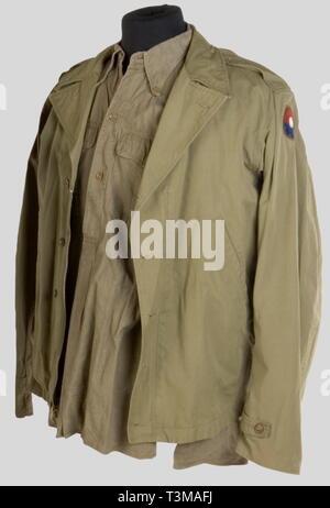 Etats Unis Deuxième Guerre Mondiale, Un blouson M41, avec un insigne d'unité cousu sur la manche et une chemise d'Officier en toile beige., Additional-Rights-Clearance-Info-Not-Available - Stock Photo