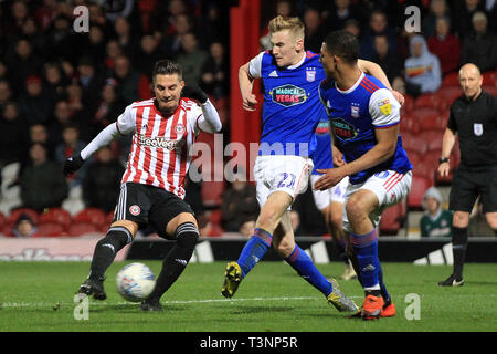 London, UK. 10th Apr, 2019. Said Benrahma of Brentford (L) takes a shot at goal. EFL Skybet championship match, Brentford v Ipswich Town at Griffin Park on Wednesday 10th April 2019 . this image may only be used for Editorial purposes. Editorial use only, license required for commercial use. No use in betting, games or a single club/league/player publications. pic by Steffan Bowen/Andrew Orchard sports photography/Alamy Live news Credit: Andrew Orchard sports photography/Alamy Live News - Stock Photo