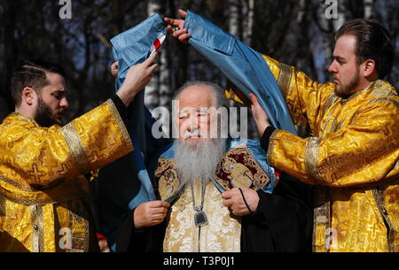 Balashikha, Russia. 11th Apr, 2019. MOSCOW REGION, RUSSIA - APRIL 11, 2019: Metropolitan Yuvenaly (C) of Krutitsy and Kolomna conducts a ceremony to bless and install the spire cross atop the main Orthodox church of the Russian National Guard, named after its patron saint Prince Vladimir, in Balashikha. Artyom Geodakyan/TASS Credit: ITAR-TASS News Agency/Alamy Live News - Stock Photo