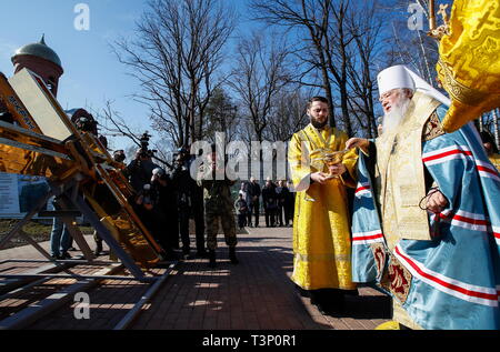 Balashikha, Russia. 11th Apr, 2019. MOSCOW REGION, RUSSIA - APRIL 11, 2019: Metropolitan Yuvenaly (R) of Krutitsy and Kolomna conducts a ceremony to bless and install the spire cross atop the main Orthodox church of the Russian National Guard, named after its patron saint Prince Vladimir, in Balashikha. Artyom Geodakyan/TASS Credit: ITAR-TASS News Agency/Alamy Live News - Stock Photo