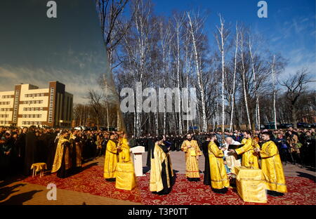 Balashikha, Russia. 11th Apr, 2019. MOSCOW REGION, RUSSIA - APRIL 11, 2019: Metropolitan Yuvenaly (3rd R) of Krutitsy and Kolomna conducts a ceremony to bless and install the spire cross atop the main Orthodox church of the Russian National Guard, named after its patron saint Prince Vladimir, in Balashikha. Artyom Geodakyan/TASS Credit: ITAR-TASS News Agency/Alamy Live News - Stock Photo