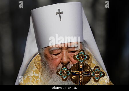 Balashikha, Russia. 11th Apr, 2019. MOSCOW REGION, RUSSIA - APRIL 11, 2019: Metropolitan Yuvenaly of Krutitsy and Kolomna conducts a ceremony to bless and install the spire cross atop the main Orthodox church of the Russian National Guard, named after its patron saint Prince Vladimir, in Balashikha. Artyom Geodakyan/TASS Credit: ITAR-TASS News Agency/Alamy Live News - Stock Photo