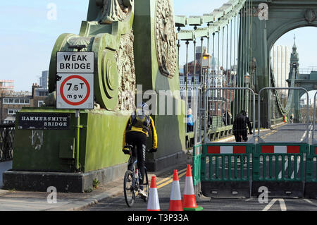 London, UK. 14th Apr, 2019. Hammersmith Bridge closes causing traffic congestion after sudden discovery of structural faults. The bridge will be closed for repairs for an indefinite period. Credit: JOHNNY ARMSTEAD/Alamy Live News - Stock Photo