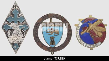 RESISTANCE ET FORCES FRANCAISES LIBRES, Lot de trois insignes métalliques, comprenant le 1er Bataillon FFI de Loire-Inférieure ('... Ces va-nu-pieds superbes...') émaillé (DP), l'insigne émaillé du Maquis de Castelreal (dorure disparue, poincon AB sur boléro ressoudé) et Maquis d'Epernon (32ème RI) peint en bleu (très léger manque de peinture - Drago), Additional-Rights-Clearance-Info-Not-Available - Stock Photo