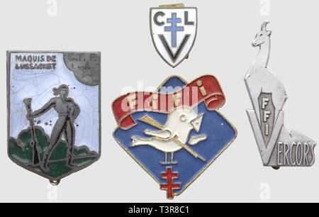 RESISTANCE ET FORCES FRANCAISES LIBRES, Lot de quatre insignes en métal, comprenant le rare insigne émaillé de l'amicale de la Compagnie Naud du Maquis de Lussagnet (poincon AB sur boléro et cheveux dans les émaux), l'insigne du 1er Bataillon FTP de la Drôme ('Fifi') en métal lourd peint, SNF, deux anneaux d'attache (un tordu), l'insigne des FFI du Vercors en aluminium non peint, matriculé 1813 et l'insigne émaillé de Ceux de la Libération/Vengeance, modèle à patin de boutonnière, SNF, Additional-Rights-Clearance-Info-Not-Available - Stock Photo