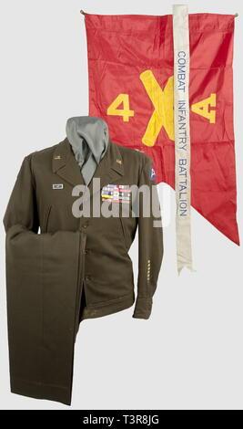 ARMEES ALLIEES 1939-1945, Ensemble d'un Major General US, remonté. Blouson ETO pour officiers en drap de teinte brun foncé, pattes d'épaules absentes (présence de boutons-pressions femelles) avec étoiles de Major General, monogrammes US d'officier sur le col, deux poches coupées et patte de serrage à la ceinture, patch 3rd Army sur le haut de la manche gauche, Overseas Service Bars à six barrettes (6 x 6 mois de présence outre-mer) au bas, et patch 2nd Army Corps (affectation précédente) sur le haut de la manche droite, étiquette intérieure 'Size 38 R, The Rego Clothiers Lt, Editorial-Use-Only - Stock Photo