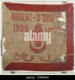 FANIONS ET DRAPEAUX, Fanion du 4ème Régiment de Tirailleurs Tunisiens, 5ème bataillon. Fin tissu satiné bleu ciel bordé de rouge (sauf côté hampe), motifs peints en rouge 'Amalat-D'Oud?(jda), 1908', inscriptions en arabe et khamsa ou main de fatima sur croissant, revers avec sceau de Salomon et inscriptions arabes dans un croissant (devise : 'Sous la garde d'Allah'), 'T4' également dans un croissant au-dessous, ainsi que six palmes de citation (ces dernières obtenues avec une étoile en 1914-18), une plus grande palme, 2 étoiles et trois vestiges , Additional-Rights-Clearance-Info-Not-Available - Stock Photo