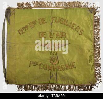 FANIONS ET DRAPEAUX, Fanion du 12ème B. de fusiliers de l'air FFI, 1ère compagnie. Tissu satiné vert présentant brodé en lettres de cannetille or '12ème Bon de Fusiliers de l'Air, FFI, 1ère Compagnie', autour d'une étoile ailée et d'une étoile chérifienne dans un croissant. Revers avec 'Bataillon Naudy, Graulhet' brodé or, franges dorées (décousues avec manques) sur le pourtour, passage de hampe déchiré. Usure, tissu comportant des marques de pliures et effiloché. Dimensions 46 x 55 cm. Peu courant fanion d'une unité des Forces Francaises de l'In, Additional-Rights-Clearance-Info-Not-Available - Stock Photo