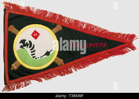 FANIONS ET DRAPEAUX, Fanion du 25ème RADA, IIIème Groupe, Fanion triangulaire en drap bleu-noir, au centre l'insigne du 25ème Régiment d'Artillerie Divisionnaire, une chenille se prolongeant en canon surmontée d'un losange marqué '25' dans un cercle posé sur deux canons entrecroisés, 'IIIe Groupe' en lettres brodées de fil rouge, galon cul de dé et franges rouges sur le pourtour, revers '25e RADA, 1936 1939'. Usure, décousu par endroits, quelques trous de mites. Dimensions 35 x 58 cm. Le 16ème RAD possède un insigne métallique à motif similaire, Additional-Rights-Clearance-Info-Not-Available - Stock Photo