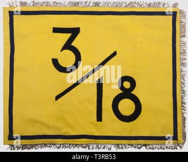 FANIONS ET DRAPEAUX, Fanion du 3ème Bataillon du 18ème RI, Drap jaune avec chiffres découpés noir '3/18', de l'autre côté, un lion héraldique, galon cul de dé bleu formant un rectangle près du bord, franges argentées sur le pourtour, passage de hampe. Légère usure. Dimensions 41,5 x 54 cm. Il s'agirait d'une fabr. locale realisée à Pau, en 1944, lors de la création du bataillon par le commandant Noutary, Additional-Rights-Clearance-Info-Not-Available - Stock Photo
