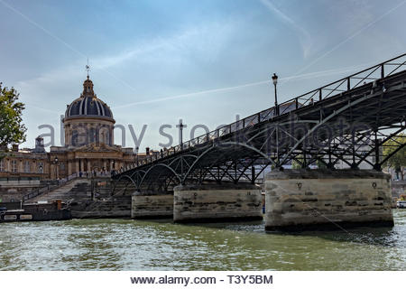 The Pont des Arts and the French Academy, from the Seine. August 28, 2018, Paris, France. Le Pont des Arts et l'Académie Française, depuis la Seine. 2 - Stock Photo