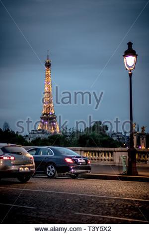 The illuminated Eiffel tower, from the bridge of the Concorde. August 26, 2018, Paris, France. La tour Eiffel éclairée, depuis le pont de la Concorde. - Stock Photo
