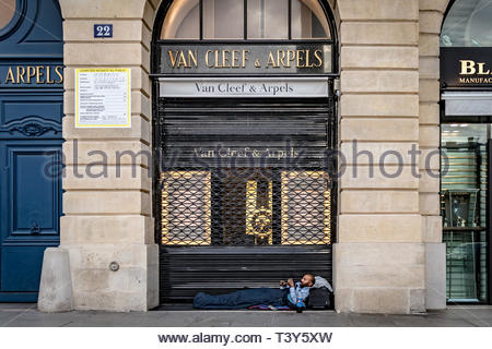 A homeless person lying in the entrance to the Van Cleef & Arpels jewelry store, Place Vendôme. August 26, 2018, Paris, France. Un sans-abri couché da - Stock Photo