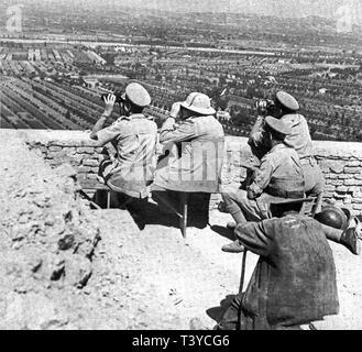 Winston Churchill at the front of the Italian campaign near Monte Maggiore. August 1944 - Stock Photo