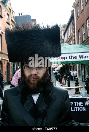 Anti Zionist Orthodox Jews at rally for Palestine outside the Israeli Embassy: Exist,Resist, Return. A global call for solidarity on the 1st anniversary of the start of the Great Return March. - Stock Photo