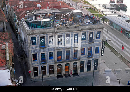 Aerial view of people on the Espaco Porto Cruz rooftop restaurant terrace Vila Nova de Gaia from the cable car in Porto Portugal Europe  KATHY DEWITT - Stock Photo