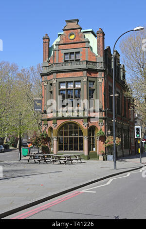 The Roebuck pub on Great Dover Street, London, UK. A tradtional Victorian Public House serving fine beers and food. - Stock Photo