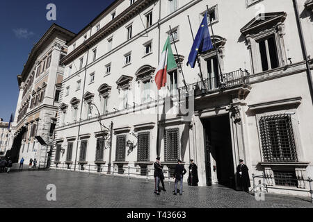 Policemen guard the entrance to Palazzo Chigi Palace in the Piazza Colonnia Square. The building is a 16th century palace which now serves as the offi - Stock Photo