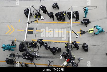 Shanghai, China. 14th Apr, 2019. Motorsports: FIA Formula One World Championship 2019, Grand Prix of China, Mechanic of Mercedes AMG Petronas Motorsport 14.04.2019. | usage worldwide Credit: dpa/Alamy Live News - Stock Photo