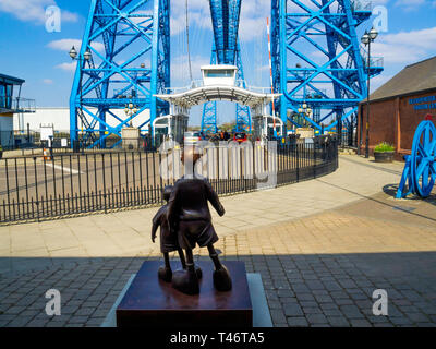 Life size bronze sculpture of two children 'Waiting for me dad' by local artist Mackenzie Thorpe at the Middlesbrough Transporter bridge - Stock Photo
