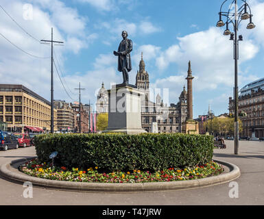 Statue of Robert Peel in George Square Glasgow Scotland UK with Glasgow City Chambers behind - Stock Photo