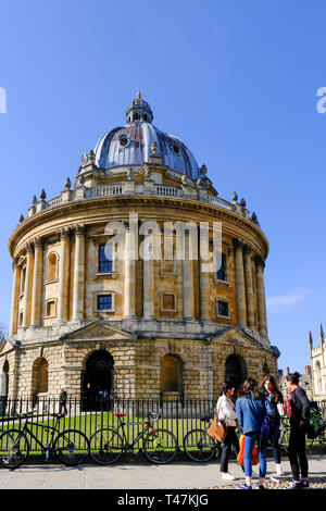 Oxford University students at The Radcliffe Camera, reading rooms which is part of the Bodleian Libraries. - Stock Photo