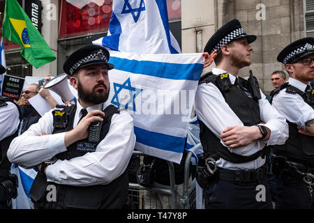 Israeli group being protected behind barrier outside the Israeli Embassy during a rally by Palestinians in London. Exist,Resist, Return. A global call for solidarity on the 1st anniversary of the start of the Great Return March. - Stock Photo