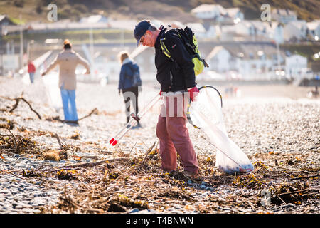 People voluntarily taking part in a beach and river clean , picking up plastic  and other types of rubbish, organised by Aberystwyth Beach Buddies / Gwerin y Glannau on Aberystwyth south beach, Wales UK - Stock Photo