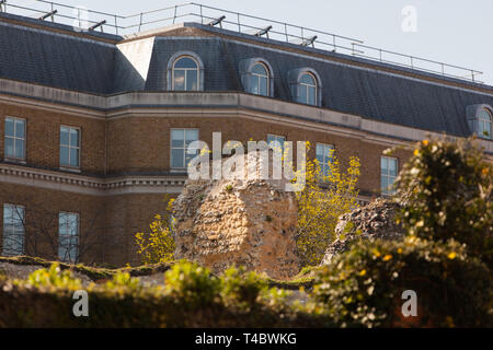 Forbury Gardens ruins with modern offices behind - Stock Photo