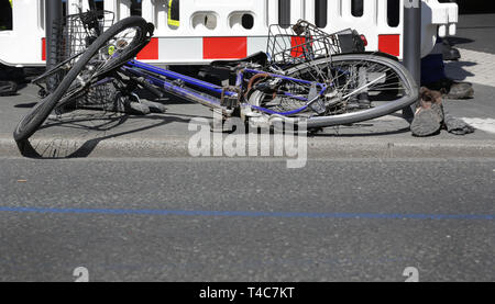 16 April 2019, North Rhine-Westphalia, Düsseldorf: There's a bike at the scene of the accident. There has been an accident with a truck (in the back) and a cyclist in downtown Düsseldorf. More precise circumstances regarding the cause of the accident are not yet known. Photo: Martin Gerten/dpa - Stock Photo
