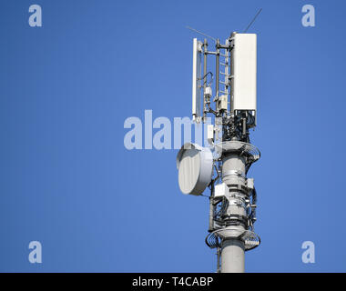 Lebus, Germany. 16th Apr, 2019. A transmitter mast for mobile radio in front of a blue sky. Credit: Patrick Pleul/dpa-Zentralbild/ZB/dpa/Alamy Live News - Stock Photo