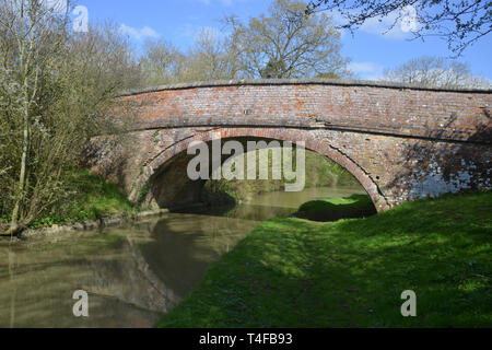 The Oxford Canal meanders through the Warwickshire countryside near the village of Wormleighton. One of the many bridges over the canal which are indi - Stock Photo