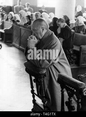 German chancellor Konrad Adenauer, foreign minister Heinrich Brentano, minister president Karl Arnold, chairman of the foreign Bundestag committee Kurt Georg Kiesinger and state secretary Hans Globke attend the early mass in the only Roman-Catholic church in Moscow. The picture shows Konrad Adenauer, who kneels down praying. | usage worldwide - Stock Photo