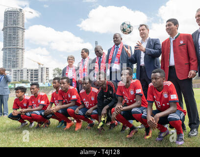 Addis Abeba, Ethiopia. 17th Apr, 2019. Markus Söder (2nd from right, CSU), Prime Minister of Bavaria, Gionvane Elber (r) Awol Abdurahim (M), Vice-President of the Ethiopian Football Association, and Kwesi Quartey (4th from left), Vice-Chairman of the Commission of the African Union, take part in the opening of the FC Bayern Football School in the capital. Söder visits the country on the Horn of Africa until 18 April. Credit: Peter Kneffel/dpa/Alamy Live News - Stock Photo
