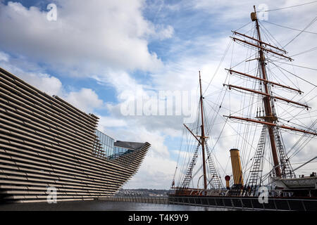The exterior of the Victoria & Albert Museum in Dundee, Scotland next to the RRS Discovery wooden auxiliary steam ship. - Stock Photo