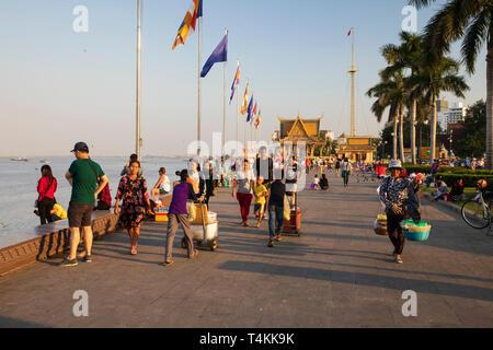 Riverside scene at sunset near the Royal Palace, Sisowath Quay, Phnom Penh, Cambodia, Southeast Asia, Asia - Stock Photo
