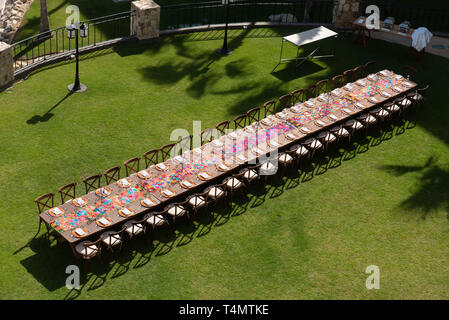 Ein gedeckter Tisch für 42 Personen. / A table laid out for dinner for 42 people. - Stock Photo