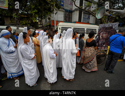 Kolkata, WEST BENGAL, India. 19th Apr, 2019. Nuns from Missionaries of Charity, the global order of nuns founded by Mother Teresa seen taking part in the religious procession during Good Friday at Kolkata Credit: Avishek Das/SOPA Images/ZUMA Wire/Alamy Live News - Stock Photo