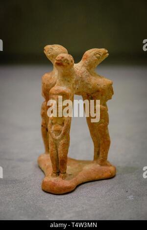 trípode con figuras femeninas, 525-450 a.C, Museo arqueológico de Ibiza y Formentera, Patrimonio de la Humanidad «Ibiza, biodiversidad y cultura», Ibiza, balearic islands, Spain. - Stock Photo