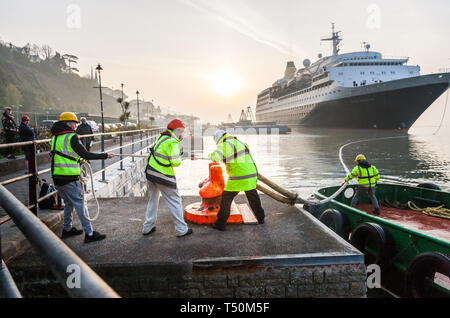 Cobh, Cork, Ireland. 20th April, 2019. Port of Cork dockers tie up the cruise liner Saga Sapphire as she berths at the deep water quay in Cobh, Co. Cork, Ireland. Credit: David Creedon/Alamy Live News - Stock Photo