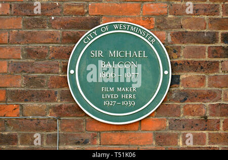 London, England, UK. Commemorative Green Plaque: Sir Michael Balcon (1890-1977) film maker lived here, 1927-1939. 57A Tufton Street (1997) - Stock Photo