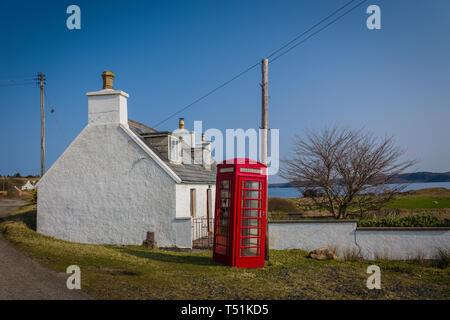 Crofters cottage and phone box, Loch Ewe, Poolewe, west coast of Scotland. - Stock Photo