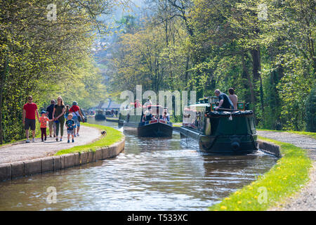 Busy day on the canal near Llangollen with families walking on the tow path and narrow boats taking boat trips, Wales, UK. - Stock Photo