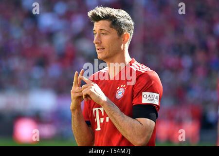 Munich, Germany. 20th Apr, 2019. Robert LEWANDOWSKI (FC Bayern Munich), gesture, action, single image, single cut motive, half figure, half figure. Soccer 1. Bundesliga, 30.matchday, matchday30, Bayern München M) - SV Werder Bremen (HB), on 20.04.2019 in Muenchen ALLIANZARENA, DFL REGULATIONS PROHIBIT ANY USE OF PHOTOGRAPH AS IMAGE SEQUENCES AND/OR QUASI-VIDEO. | usage worldwide Credit: dpa/Alamy Live News